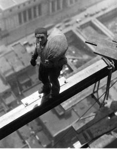 Obrero de la construcción trabajando en Wall Street, hacia 1930.